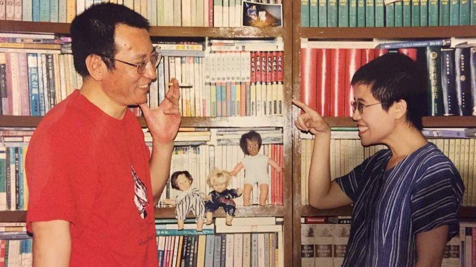 刘晓波和刘霞相识而笑。