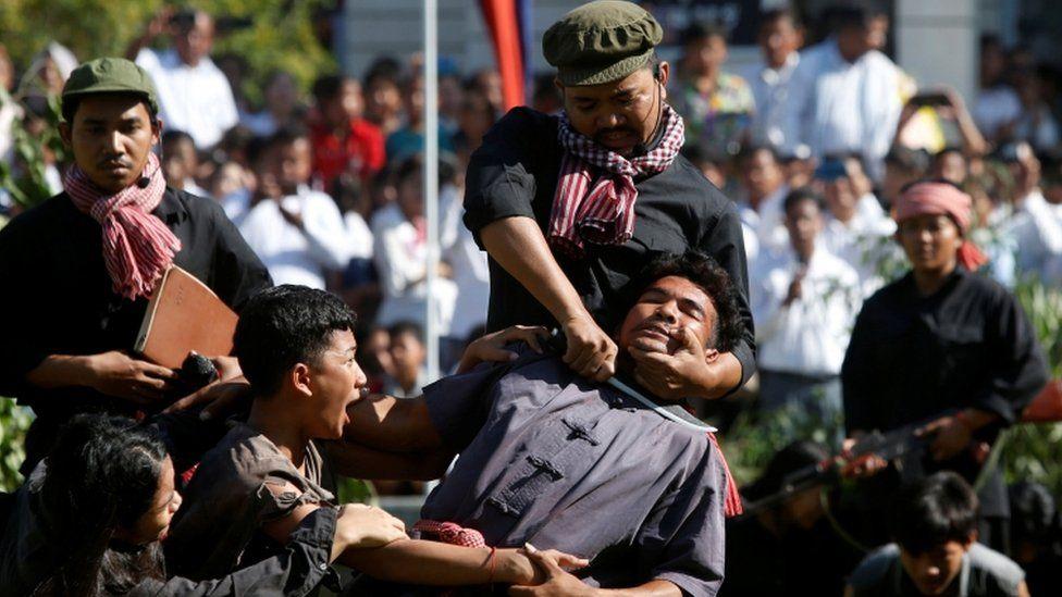 """بالصور: في """"يوم الغضب"""" كمبوديون يعيدون تمثيل مجازر الخمير الحمر"""