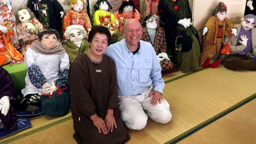 """Дон Джордж с Аяно Цукими, которая населяет деревню куклами-пугалами - """"какаси"""""""