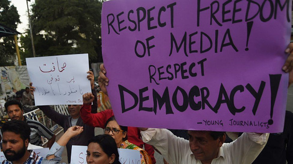 Pakistani journalists and civil society activists demonstrate in Karachi (28 October 2017)