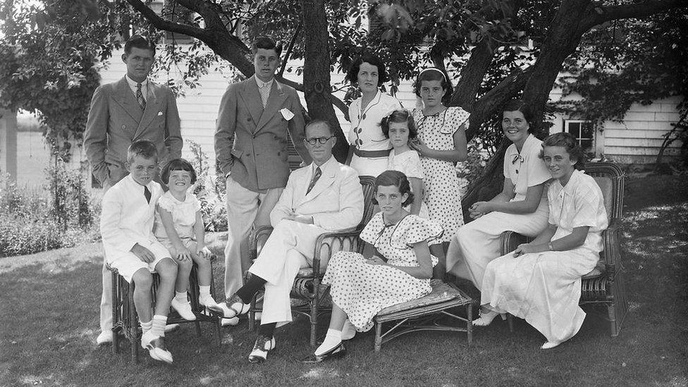 La maldición de los Kennedy: la muerte de John F. Jr. y otras 6 tragedias que marcaron a una de las familias más poderosas de Estados Unidos