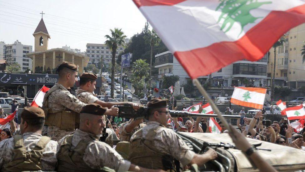 """مظاهرات لبنان: الجيش يتضامن مع المتظاهرين ونصرالله يحذر """"سوف ننزل إلى الشارع ونغير المعادلات"""""""