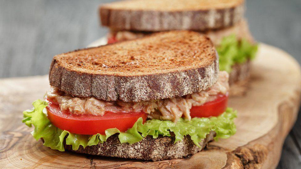 El sándwich de atún de una niña de 10 años que desató una batalla entre padres y escuelas en Italia