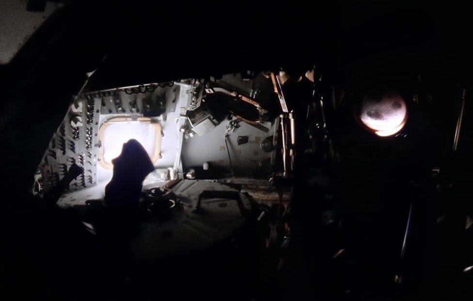 Панорамный снимок темного, обесточенного командного модуля
