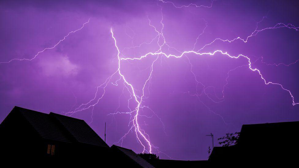 Молнии окрасили небо в пурпурный цвет в городе Лейтон Баззард