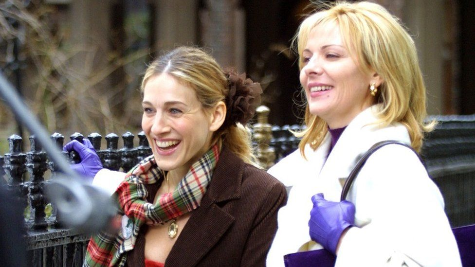 Sarah Jessica Parker and Kim Cattrall filming in 2001