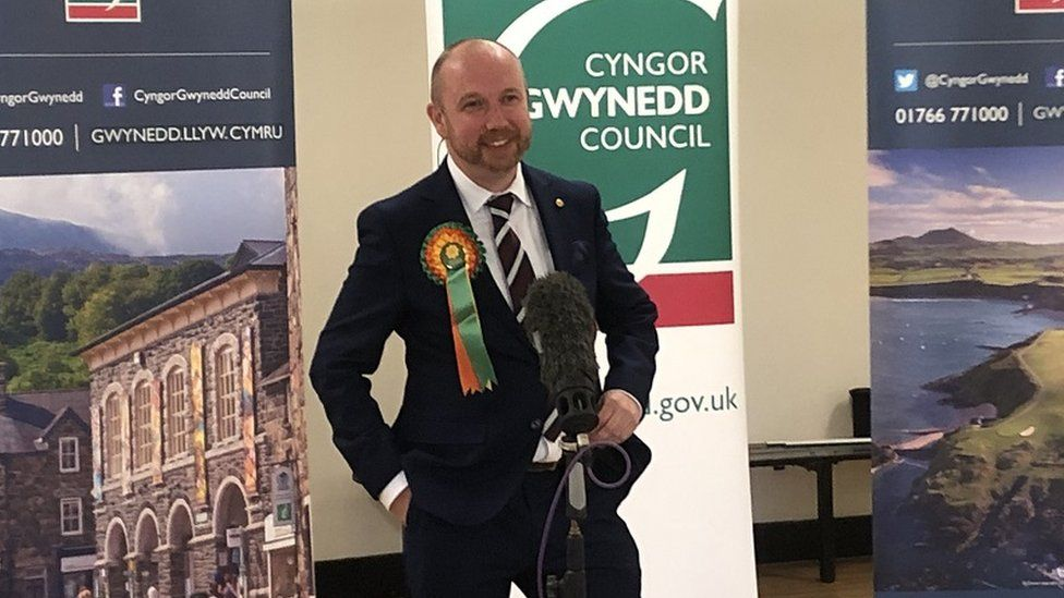 Er bod Plaid Cymru yn cadw Dwyfor Meirionnydd, bydd Mabon ap Gwynfor yn wyneb newydd yn y Senedd