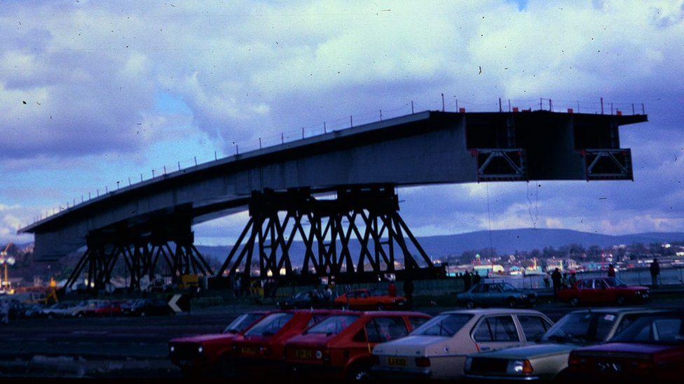 centre piece of foyle bridge mid 1980s
