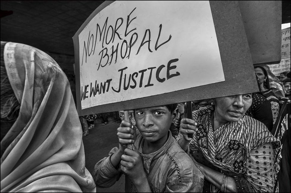 भोपाल गैस त्रासदी के विरोध में प्रदर्शन करते लोग.
