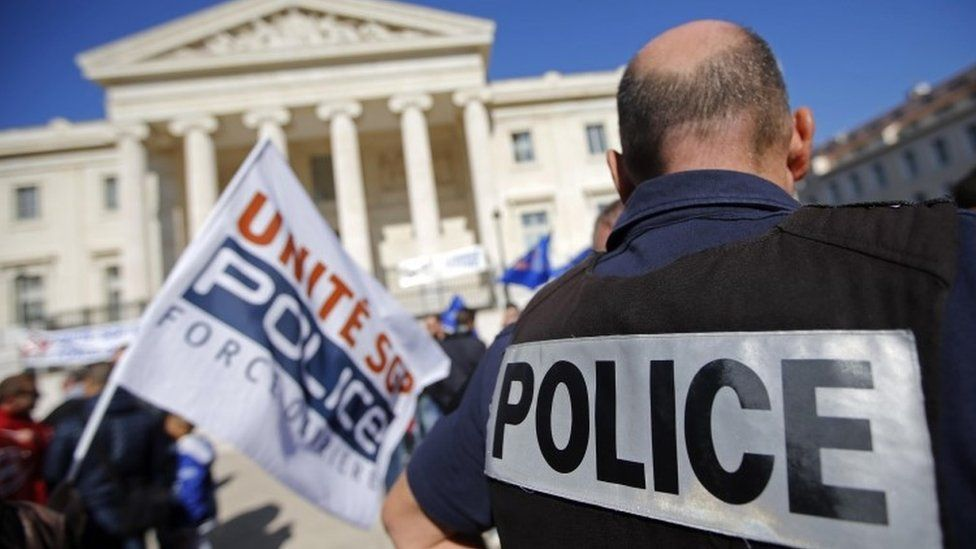 French police stand behind labour union banners as they protest in front of the courthouse in Marseille (14 October 2015)