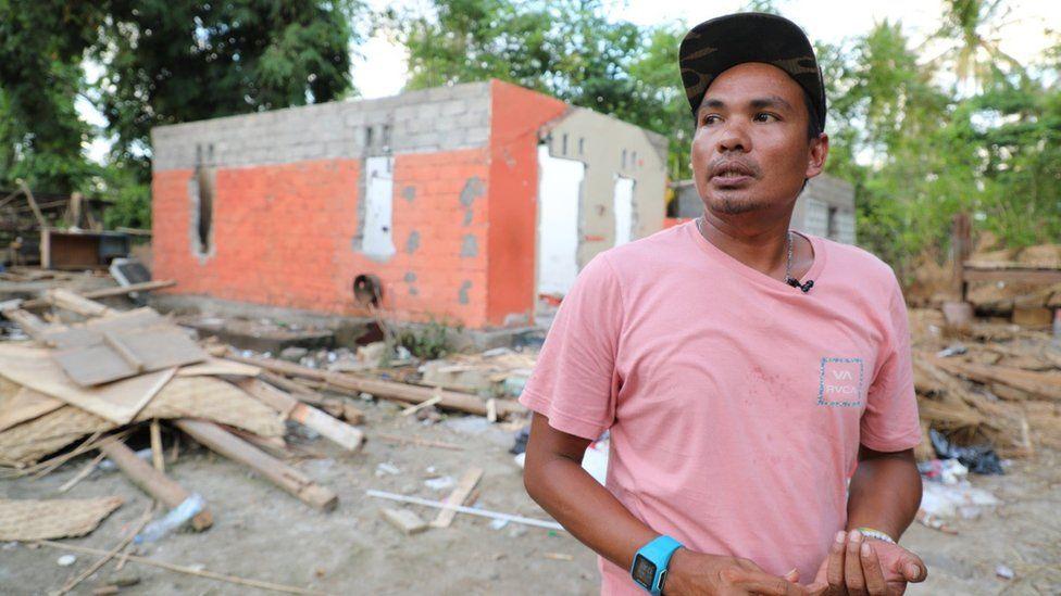 Damar di depan reruntuhan yang pernah menjadi rumahnya