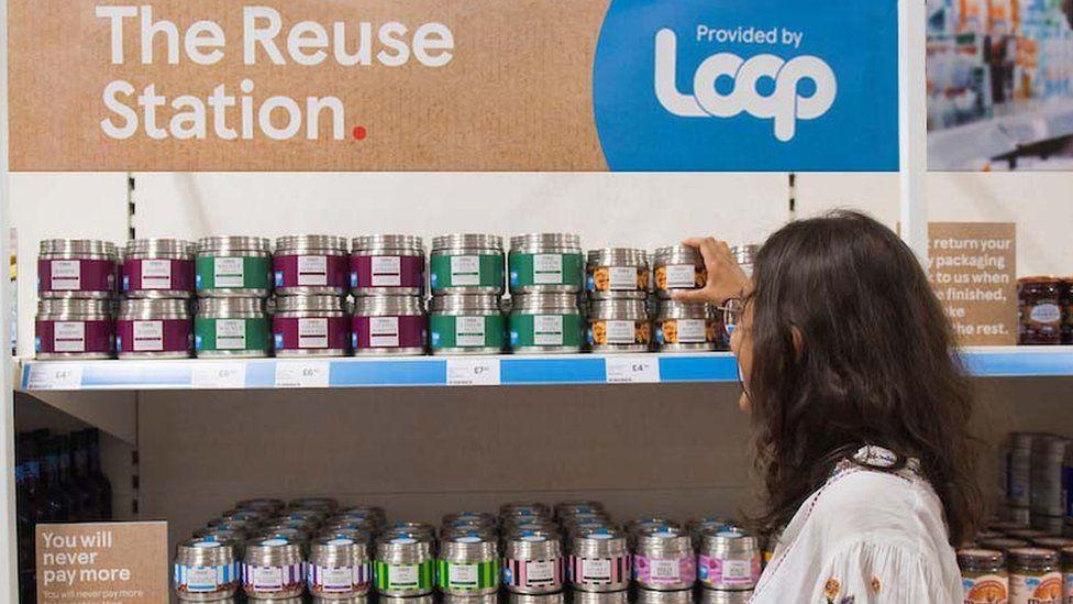 Покупатель посещает секцию Loop в проходе супермаркета Tesco