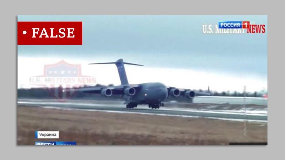 Скриншот видео, на котором американский самолет приземлился на взлетно-посадочной полосе, которая, как ложно утверждалось российским телевидением, находилась на Украине