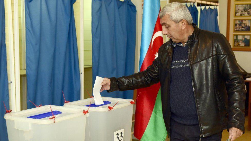 Man votes in Baku - 1 November