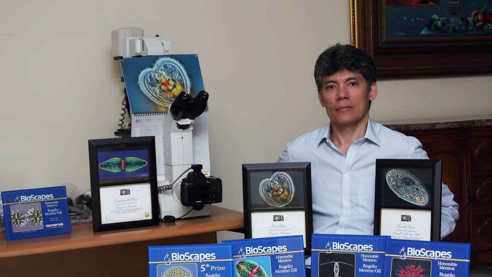 Rogelio Moreno con algunos de sus premios y el microscopio que utiliza