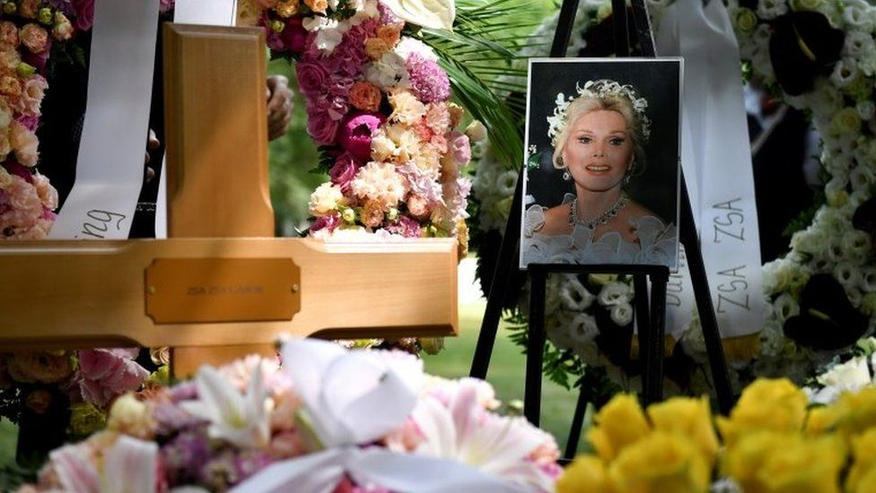 Zsa Zsa Gabor: Hollywood legend laid to rest in Hungary thumbnail