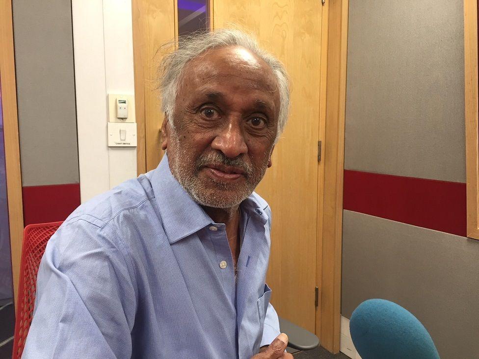 वरिष्ठ पत्रकार विजय सांघवी बीबीसी स्टूडियो में