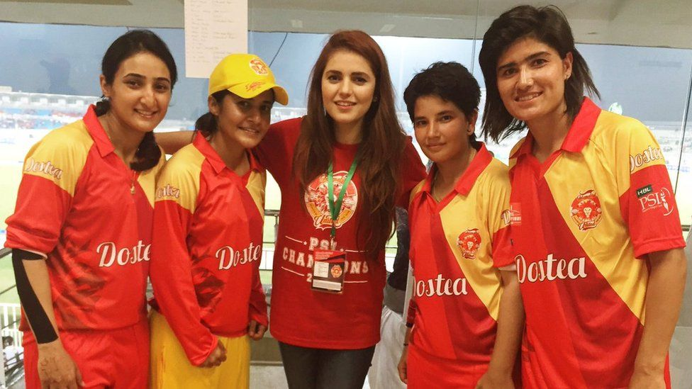 Momina Mustehsan with female cricket players from Islamabad United