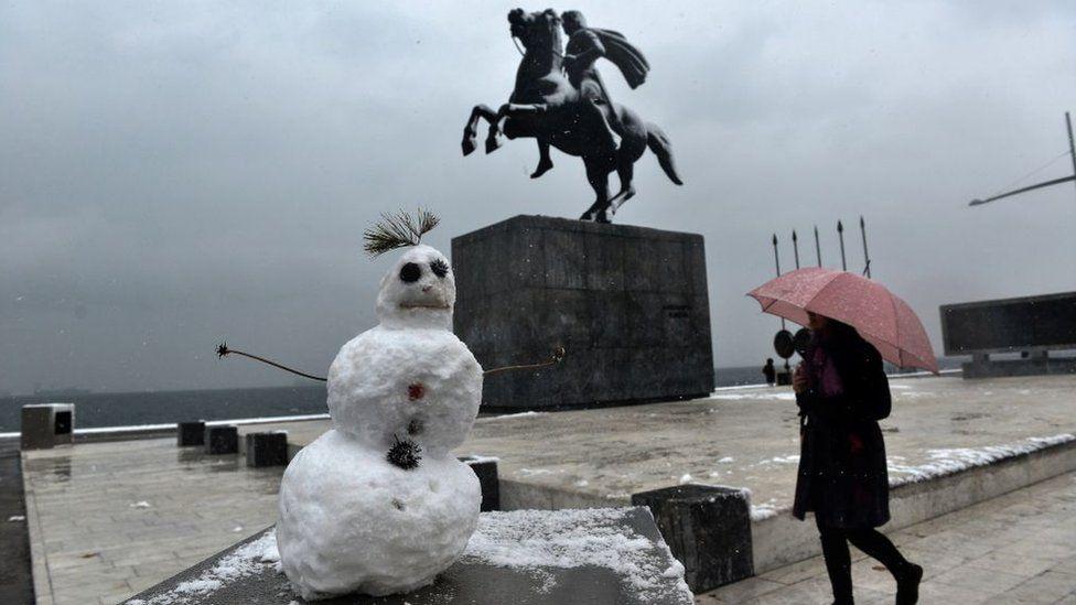 Сніговик біля пам'ятника