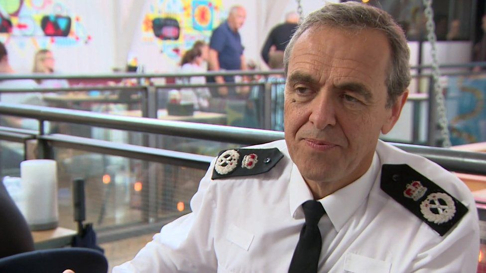Public urged to 'lend a hand' if police are in trouble