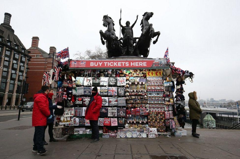 лоток с сувенирами в центре Лондона