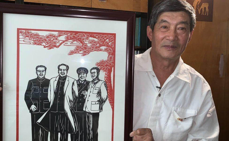 Zhao Jingjia with a paper cut of Mao Zedong
