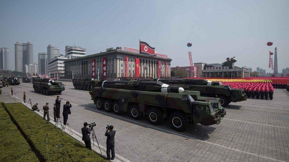朝鮮閲兵式上展示武器