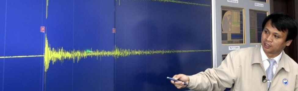 South Korea official in Seoul display seismic waves generated by the underground test (25 May 2009)