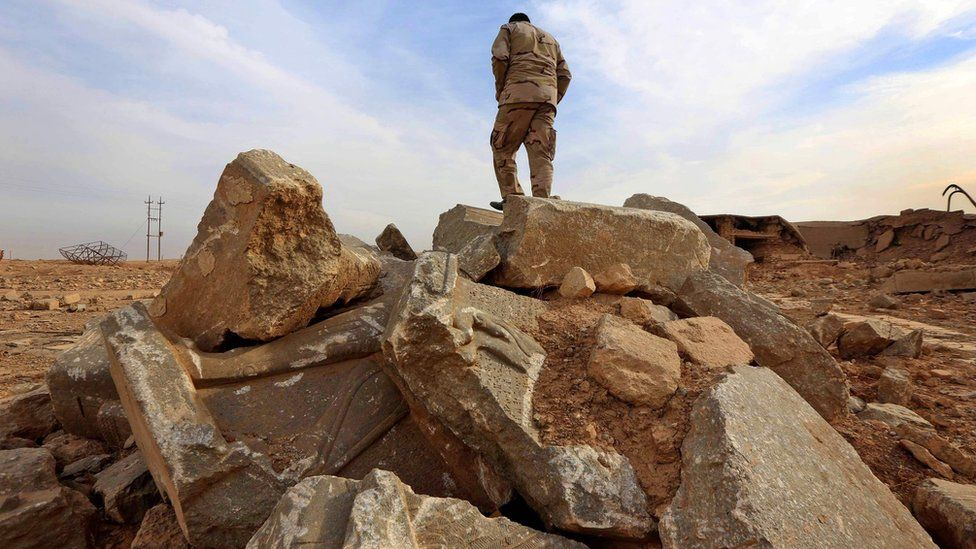 An Iraqi soldier stands on ruins at Nimrud (15 November 2016)