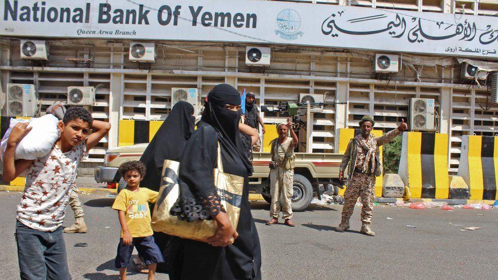 Separatist fighters patrol the Old City of Aden, Yemen, (30 January 2018)