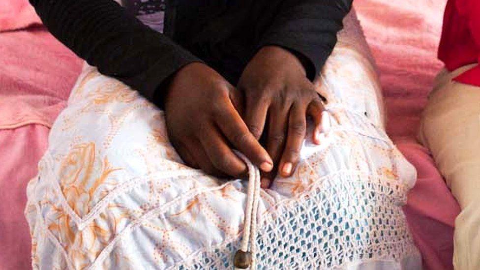 Руки 16-летнего парня, вышедшего замуж в 13 лет