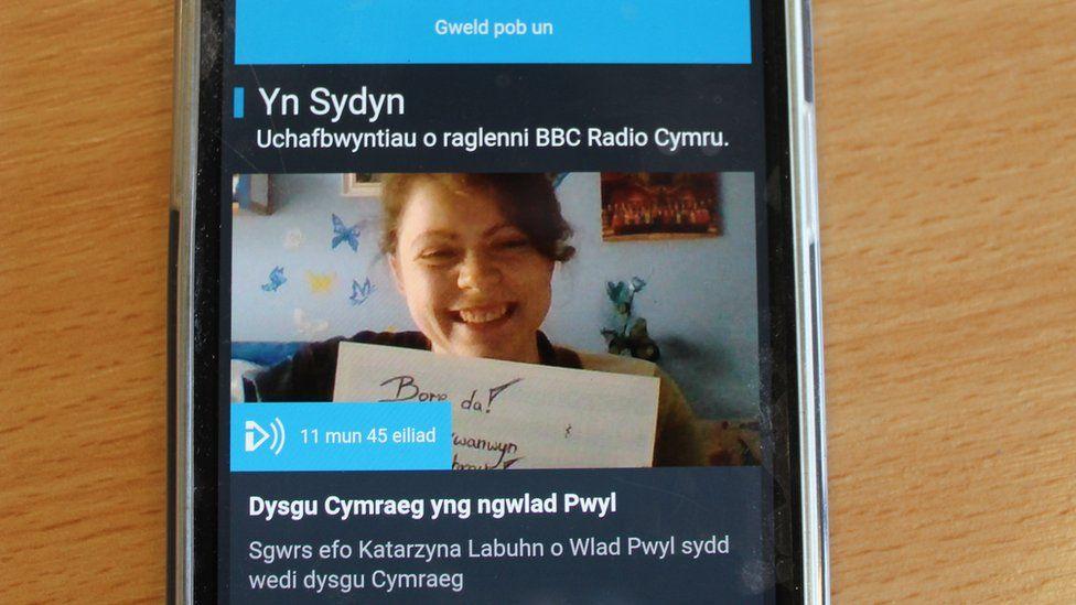 Mae 'na gynnydd yn nifer y bobl sy'n gwrando ar Radio Cymru trwy ddyfeisiadau symudol