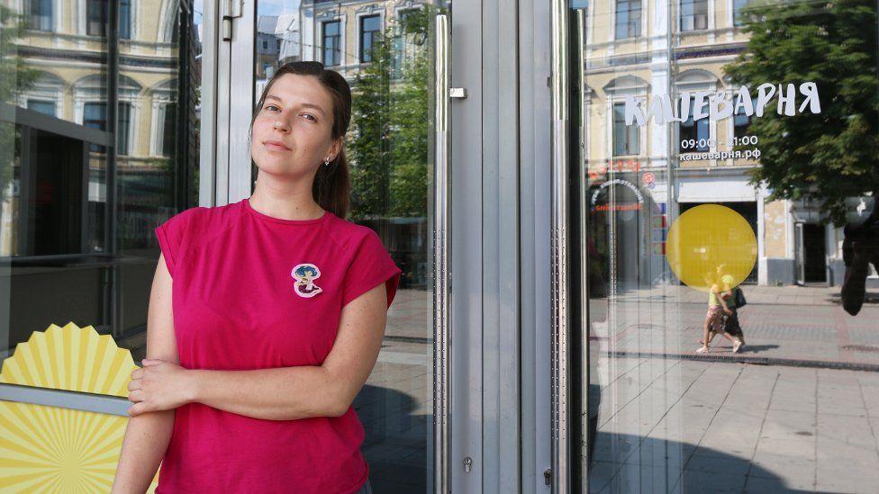 "Юлия Цветкова у входа в свой фаст-фуд ""Кашеварня"""
