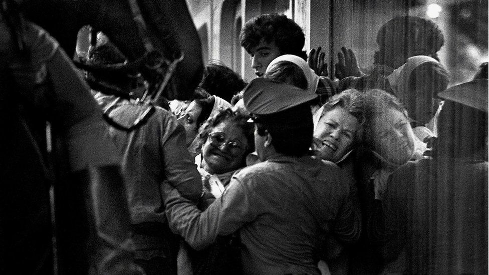 Madres de Plaza de Mayo try to pass through a police cordon during the second Resistance March for their missing sons and daughters, in December 1982