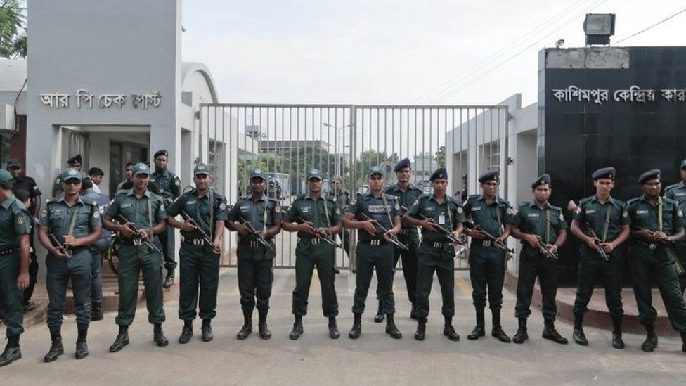 Bangladeshi security personnel stand guard in front of Kashimpur Central Jail (03 September 2016)