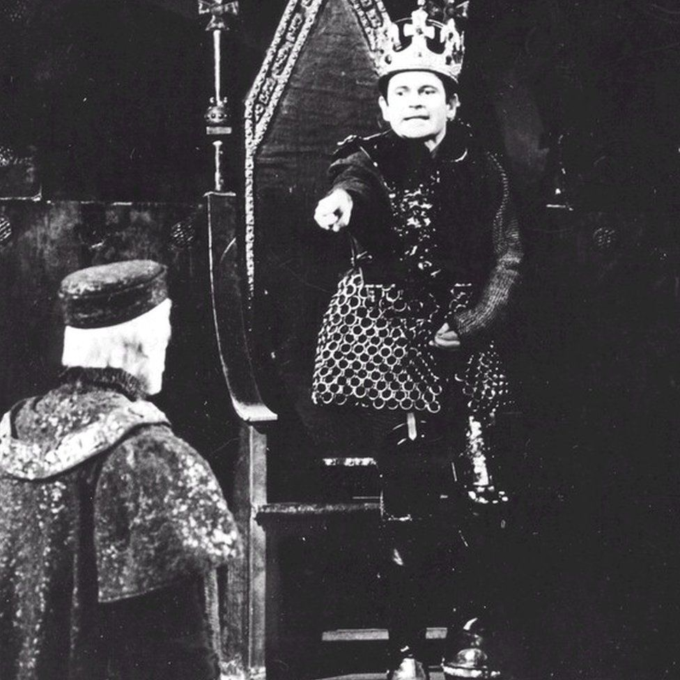 Ian Holm as Richard III warning John Hussey as the Earl of Derby against treason