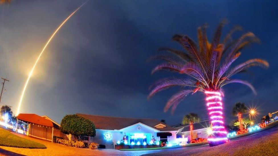 The SpaceX Falcon 9 rocket lifts off over Cocoa Beach (21 December 2015)