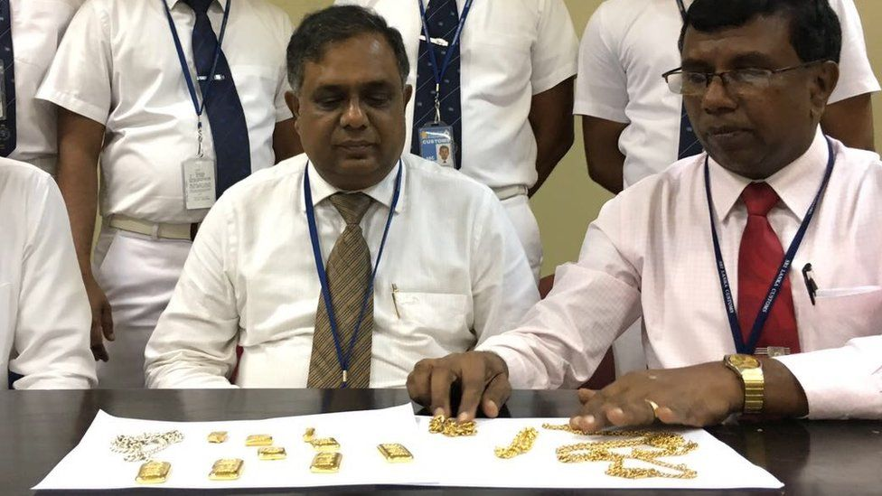 Sri Lankan officials presenting the smuggled items