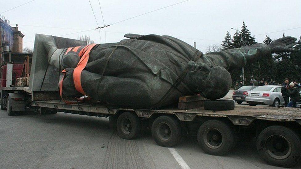 Lenin statue being carried away