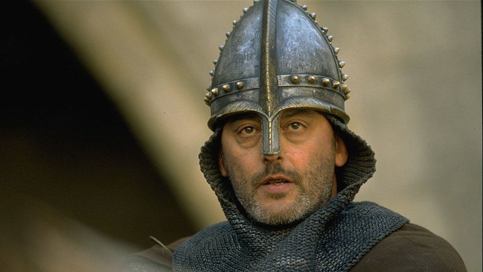 French actor Jean Reno on the set of the film Les Couloirs du temps: Les visiteurs 2
