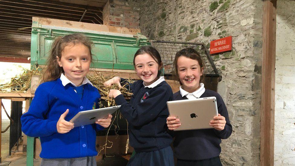 Downpatrick children playing Minecraft
