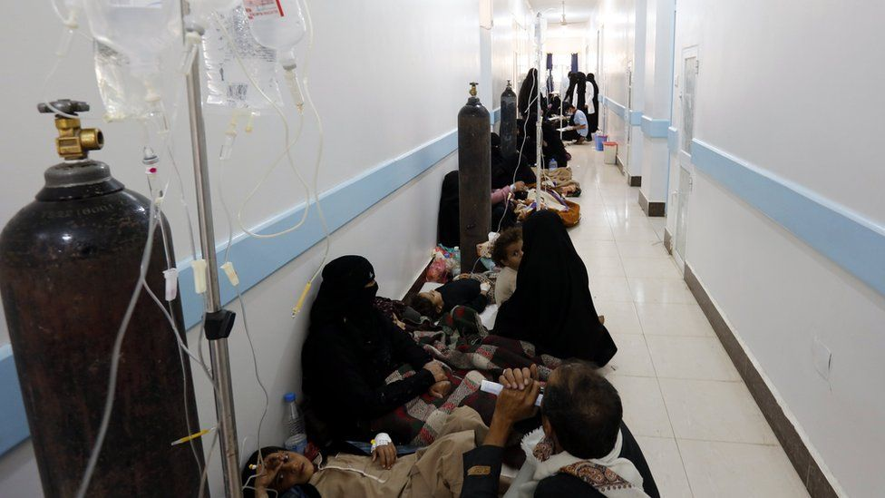 Cholera-infected Yemenis receive treatment at a hospital in Sanaa (8 May 2017)