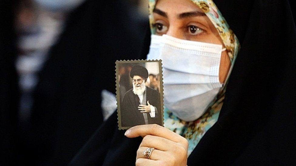 Iranian woman holds picture of Ayatollah Khamenei (31/01/21)