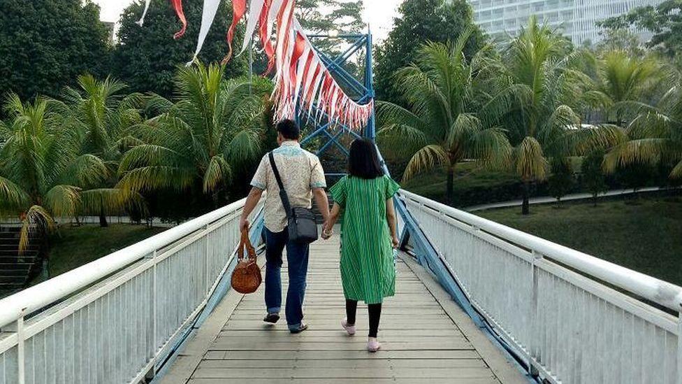 Photo of couple on the bridge