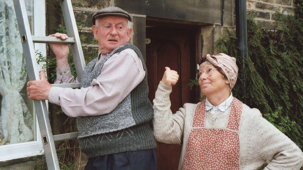 Robert Fyfe and Juliette Kaplan as Howard and Pearl