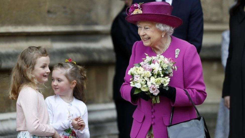 Queen with bouquet and two girls