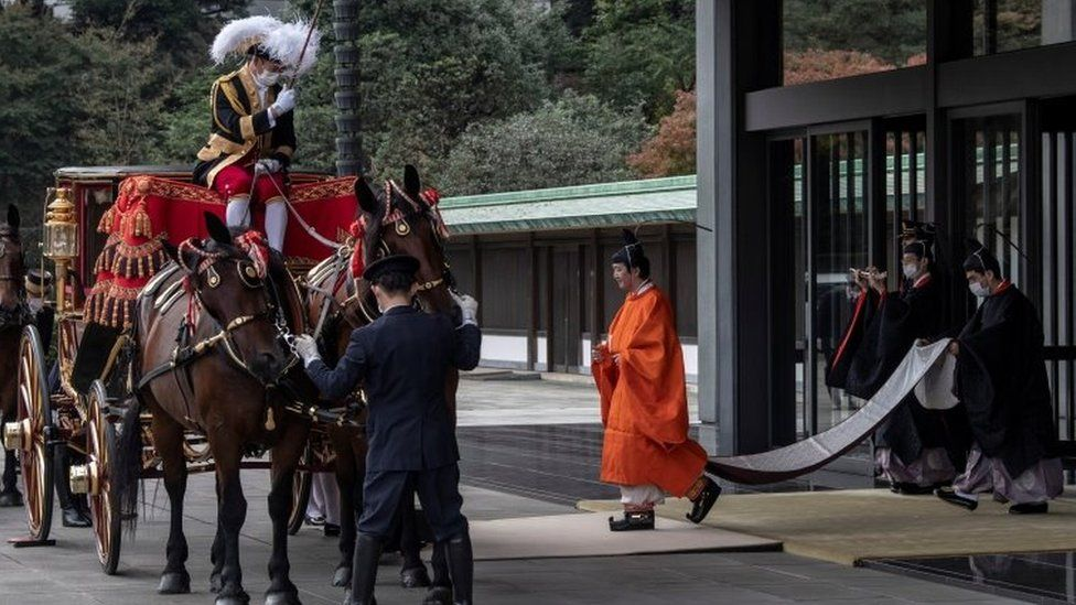 Prince Fumihito leaves the imperial palace