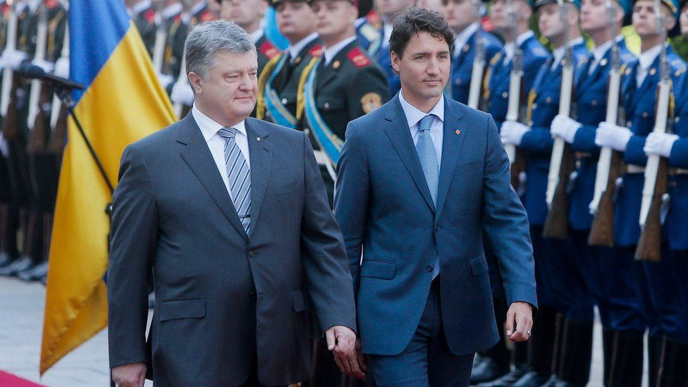 Ukrainian President Petro Poroshenko, left, and Canadian Prime Minister Justin Trudeau review the honor guard during an official welcome ceremony ahead of their meeting in Kiev, Ukraine (11 July 2016)