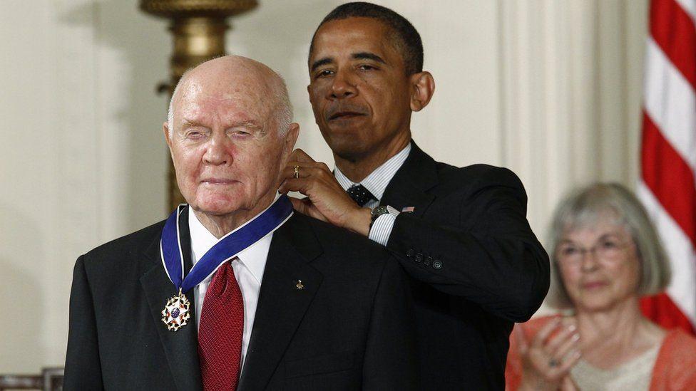 obama gives glenn a medal