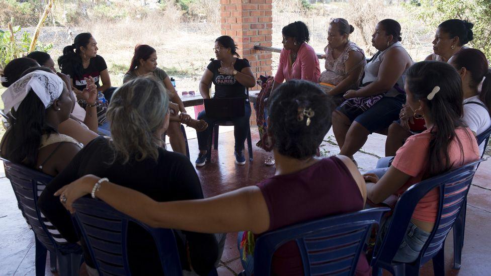 Las líderes de la Ciudad de las Mujeres se reúnen en su centro comunitario el 20 de enero de 2020 cerca de Turbaco, Colombia.